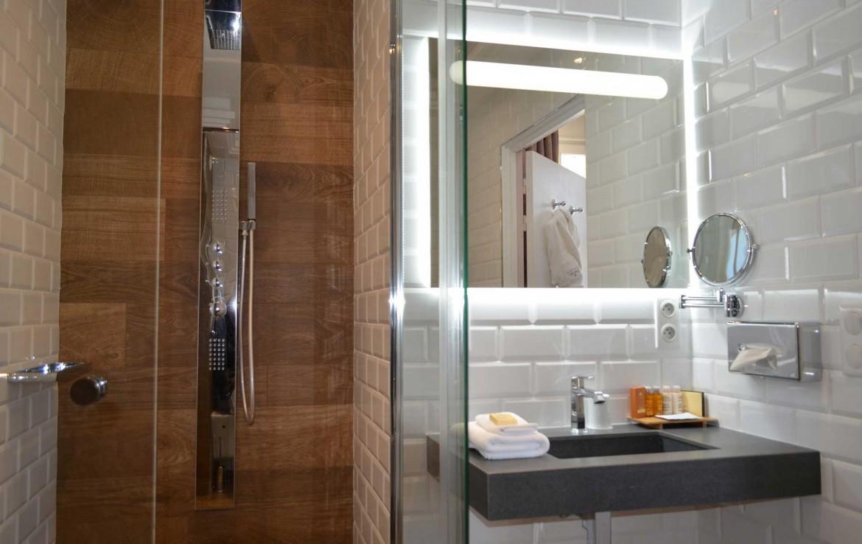 Golf-Expedition-Golf-Reizen-Frankrijk-Regio-Normandië-Chateau-La-Cheneviere-badkamer-douch-spiegel