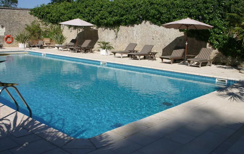 Golf-Expedition-Golf-Reizen-Frankrijk-Regio-Normandië-Chateau-La-Cheneviere-stoelen-zwembad