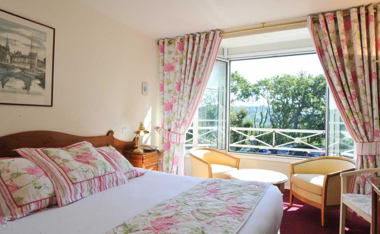 Golf-Expedition-Golf-Reizen-Frankrijk-Regio-Normandië-Dormy-House-bed-raam-bloemen