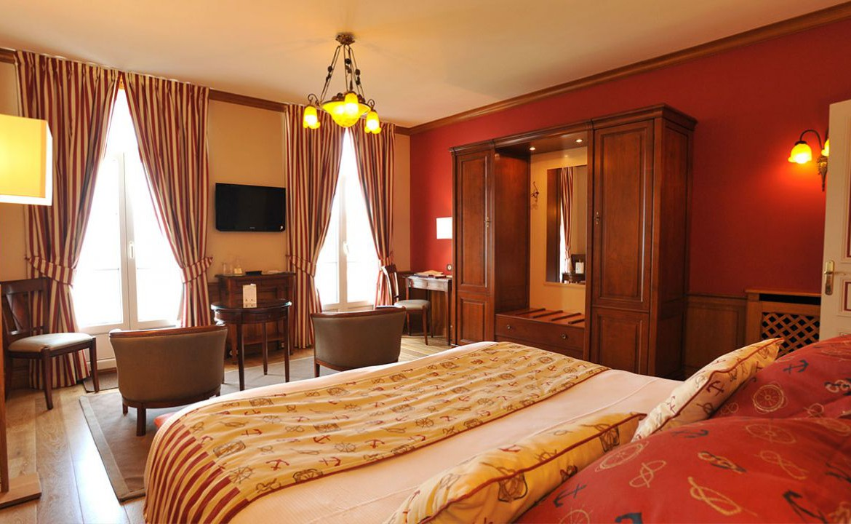 Golf-Expedition-Golf-Reizen-Frankrijk-Regio-Normandië-Dormy House-bed-stoelen-rood