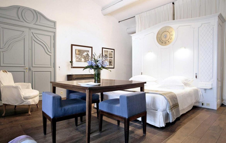Golf-Expedition-Golf-Reizen-Frankrijk-Regio-Provence-Baumaniere-Baux-de-Provence-bed-tafel-stoelen