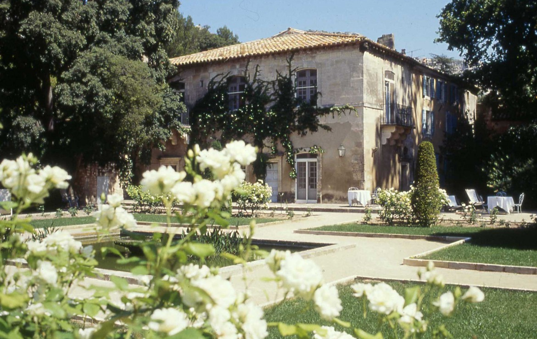 Golf-Expedition-Golf-Reizen-Frankrijk-Regio-Provence-Baumaniere-Baux-de-Provence-bloemen-gebouw