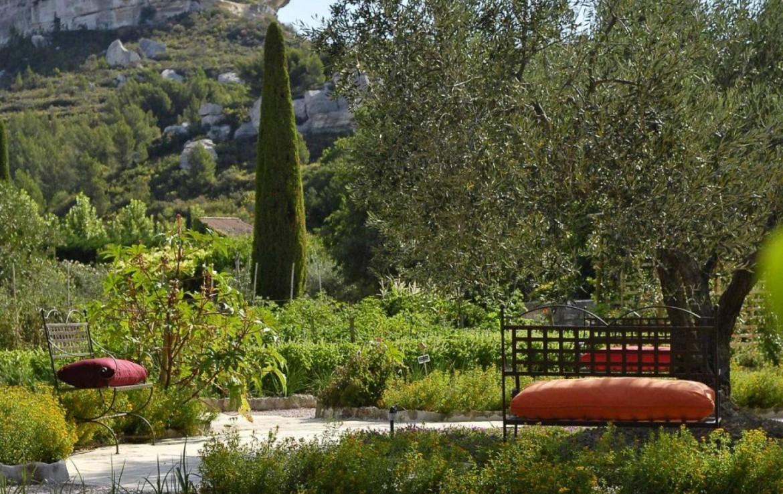 Golf-Expedition-Golf-Reizen-Frankrijk-Regio-Provence-Baumaniere-Baux-de-Provence-planten-bankjes