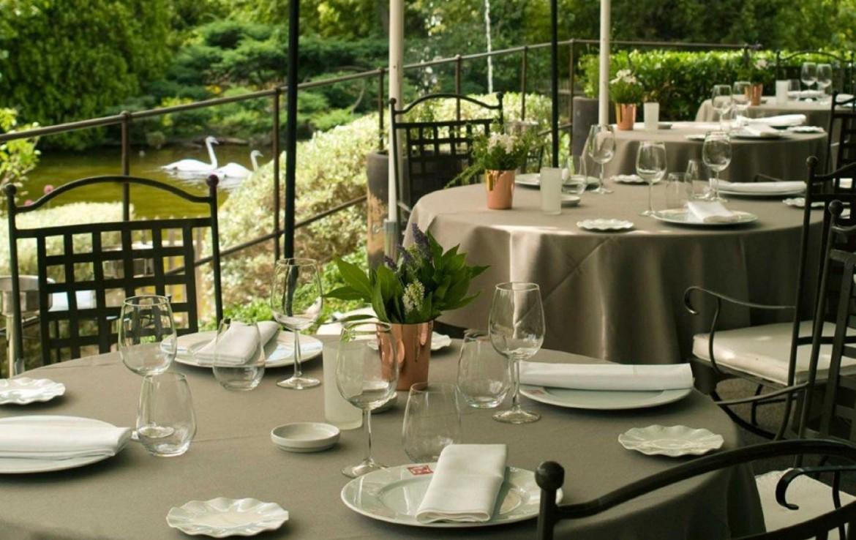 Golf-Expedition-Golf-Reizen-Frankrijk-Regio-Provence-Baumaniere-Baux-de-Provence-stoelen-tafel