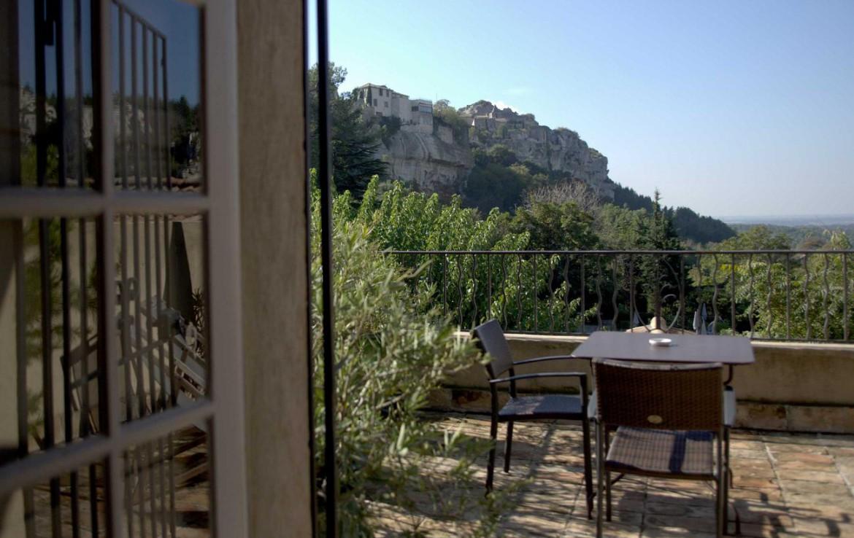 Golf-Expedition-Golf-Reizen-Frankrijk-Regio-Provence-Baumaniere-Baux-de-Provence-tafels-stoel-terras