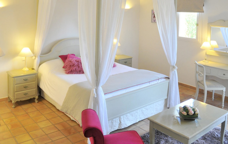 Golf-Expedition-Golf-Reizen-Frankrijk-Regio-Provence-Chateau-de-Berne-bed-roze-stoel