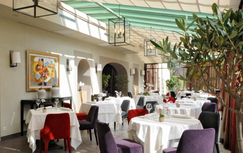 Golf-Expedition-Golf-Reizen-Frankrijk-Regio-Provence-Chateau-de-Berne-tafels-stoelen