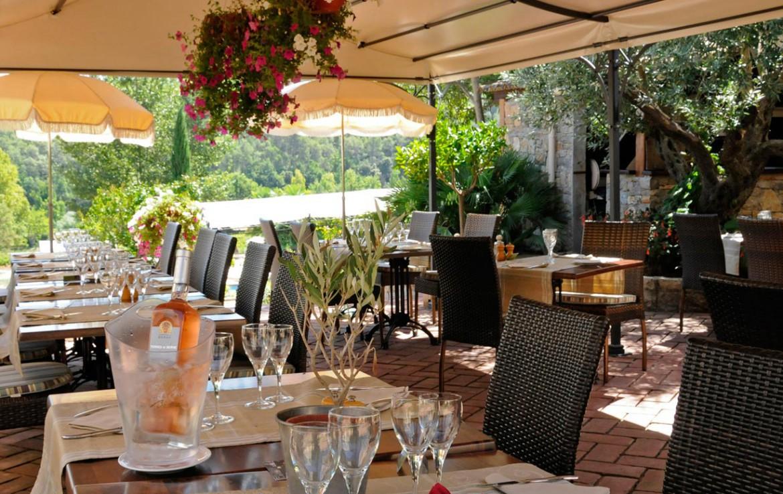 Golf-Expedition-Golf-Reizen-Frankrijk-Regio-Provence-Chateau-de-Berne-tafels-stoelen-glazen