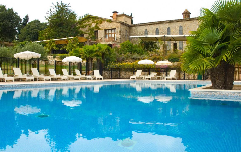 Golf-Expedition-Golf-Reizen-Frankrijk-Regio-Provence-Chateau-de-Berne-zwembad-gebouw-stoelen