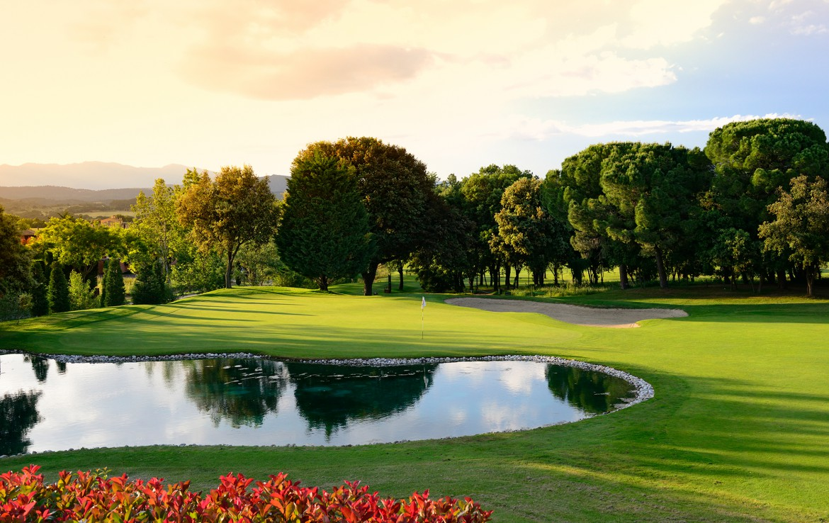 Golf-Expedition-Golf-reizen-Spanje-Regio-Barcelona-TorreMirona-Golf-&-Spa-Resort-golf-course-lake