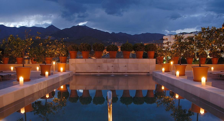 Golf-Expedition-Golf-reizen-Spanje-Regio-Malaga-Rio-Real-Golf-&-Hotel-pool-night-time