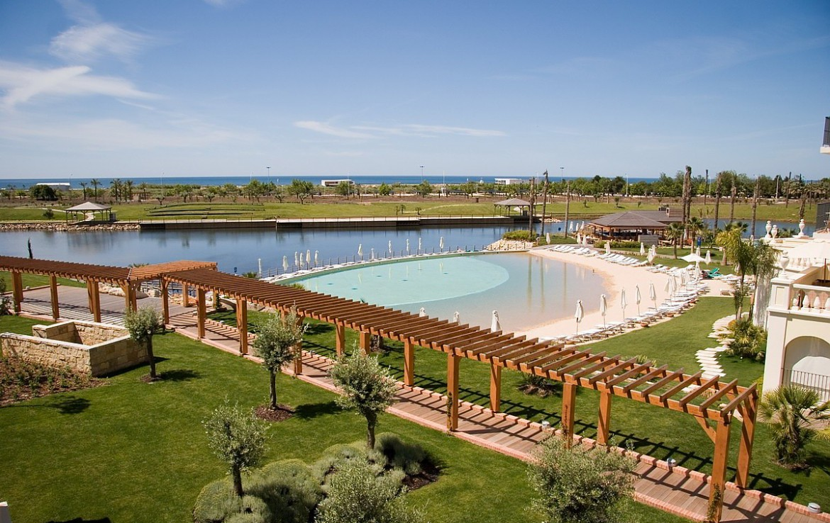 Golf-expedition-golfreizen-golfresort-Blue-and-green-the-lake-spa-resort-Pool-next-to-lake