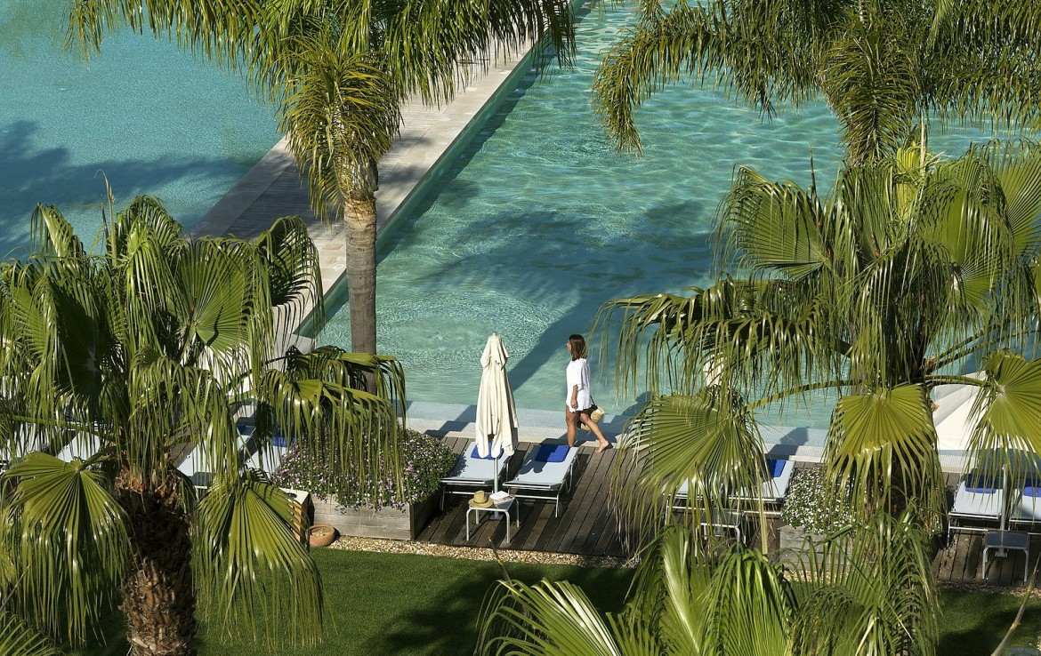 Golf-expedition-golfreizen-golfresort-Blue-and-green-the-lake-spa-resort-pool-view-palmtrees