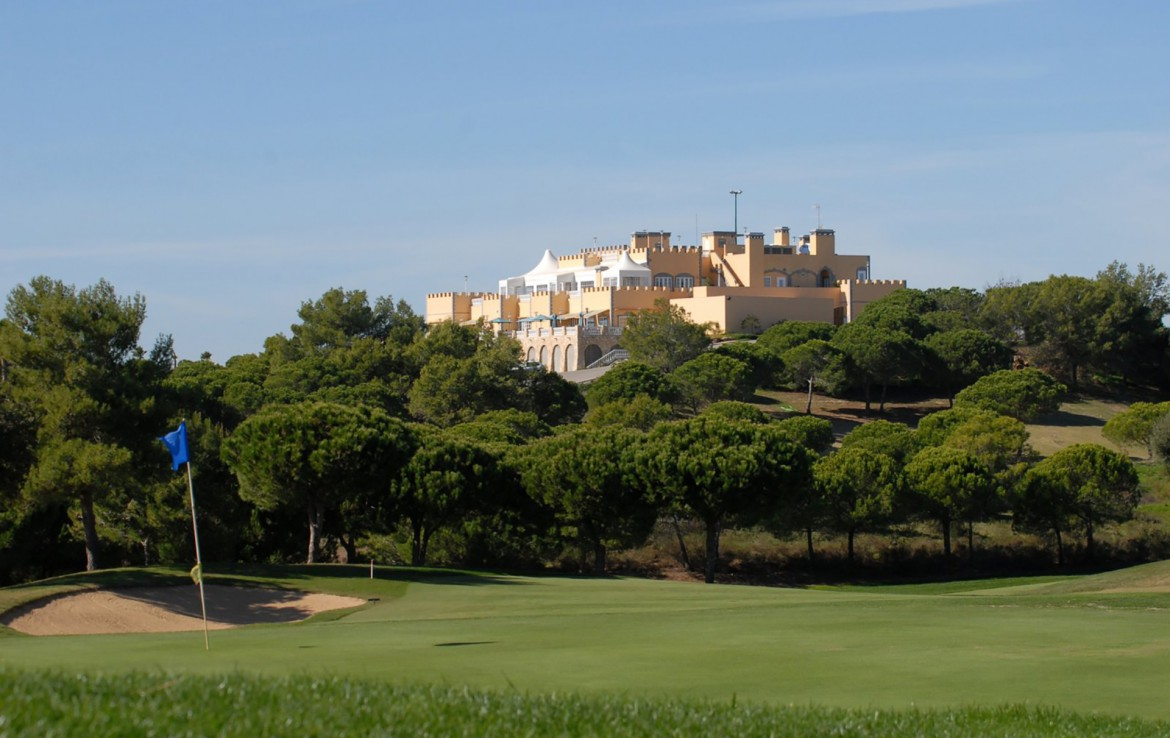 Golf-expedition-golfreizen-golfresort-Castro-Marin-Golfe-&-Country-Club-golfbaan-hole-1-with-village-view