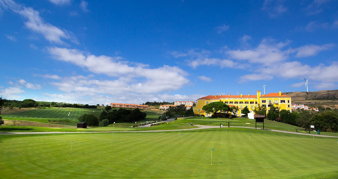 Golf-expedition-golfreizen-golfresort-Dolce-CampoReal-Lisboa-golfbaan-driving-range-holes-with-resort-view
