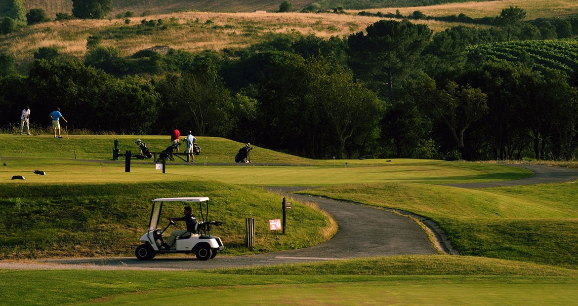 Golf-expedition-golfreizen-golfresort-Dolce-CampoReal-Lisboa-golfbaan-hole-1-with-caddy