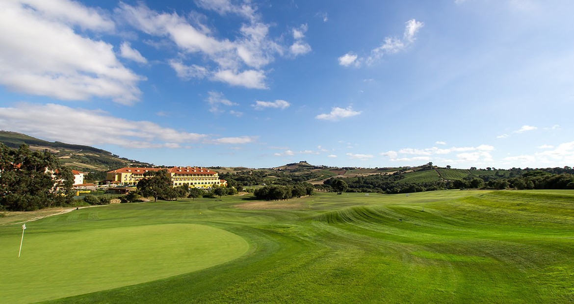 Golf-expedition-golfreizen-golfresort-Dolce-CampoReal-Lisboa-golfbaan-hole-2-with-resort-view