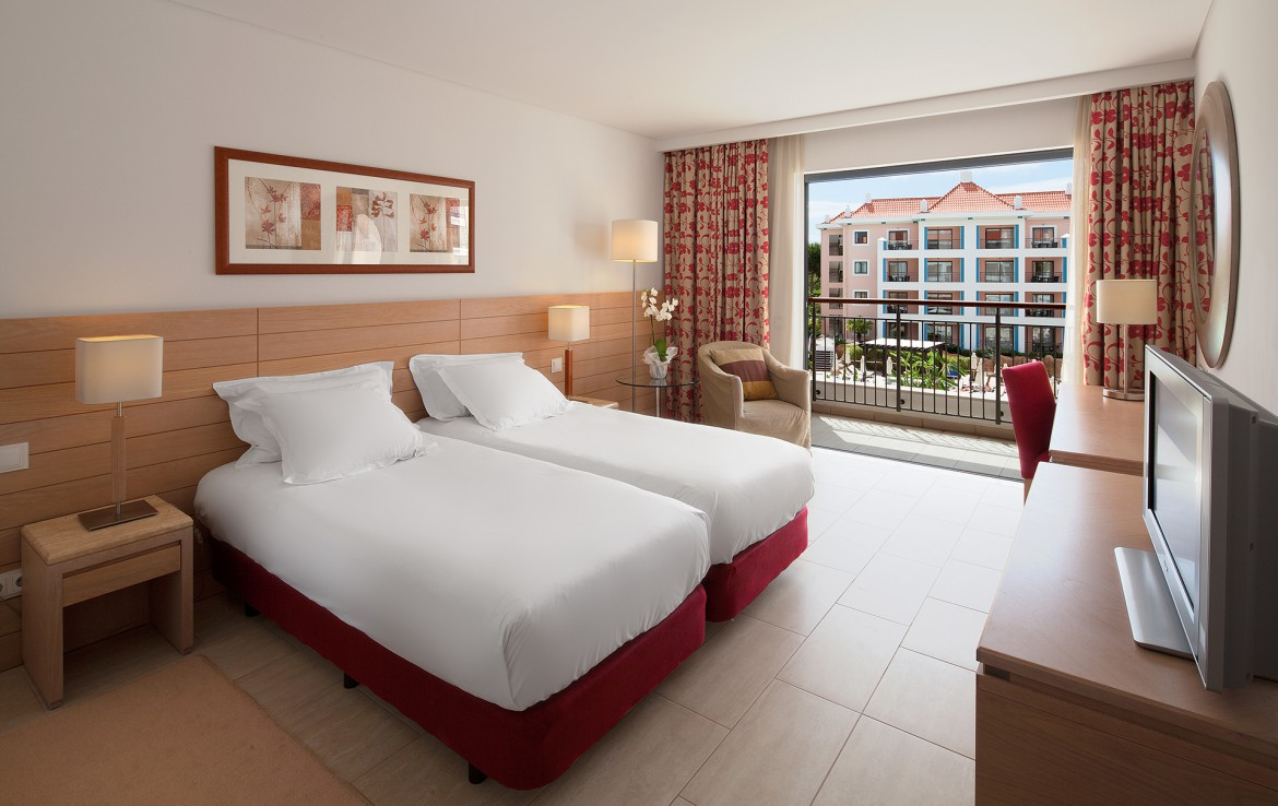 Golf-expedition-golfreizen-golfresort-Hilton-Vilamoura-As-Casatas-Golf-Resort-&-Spa-appartement-two-bed-bedroom-with-pool-view