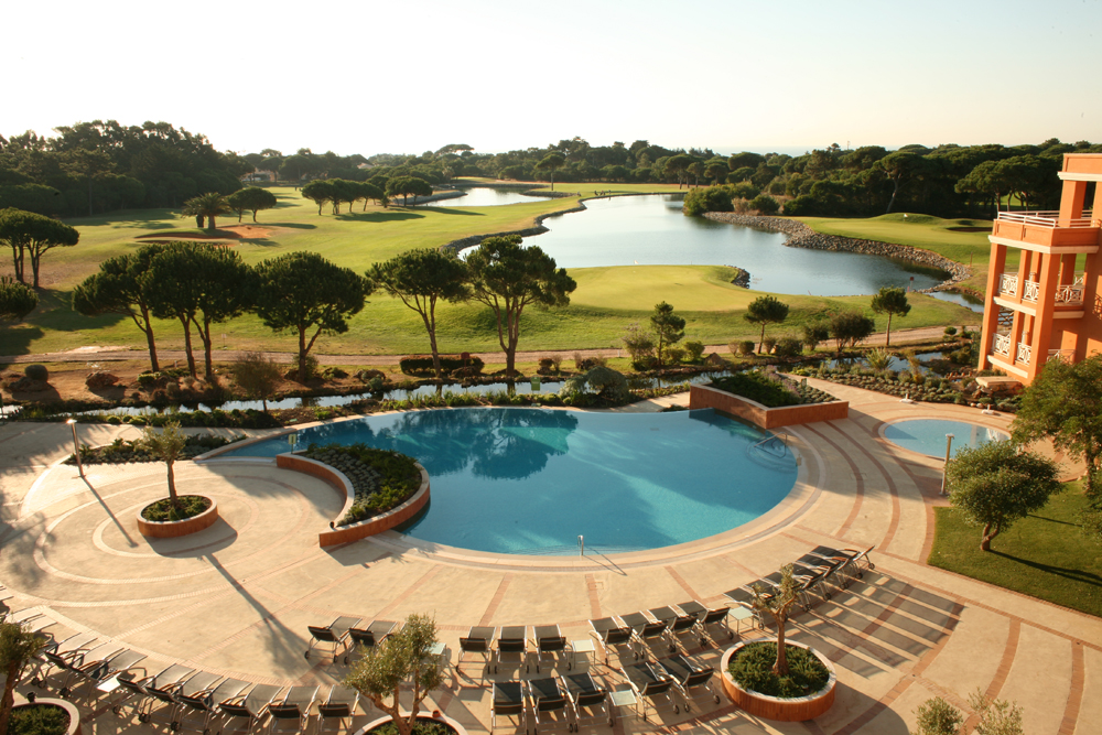 Golf-expedition-golfreizen-golfresort-Hotel-Quinta-de-Marinha-Resort-pool-with-golfbaan-and-lake