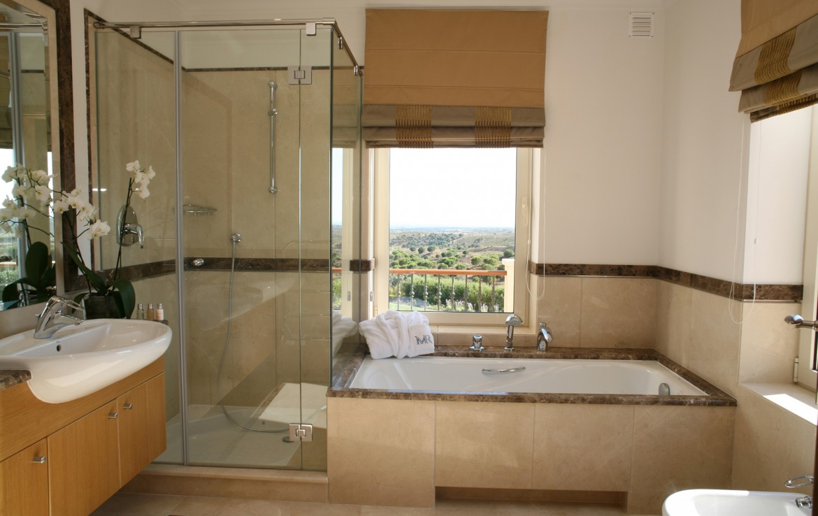 Golf-expedition-golfreizen-golfresort-Monte-Rel-Golf-And-Country-Club-appartement-bathroom-with-view