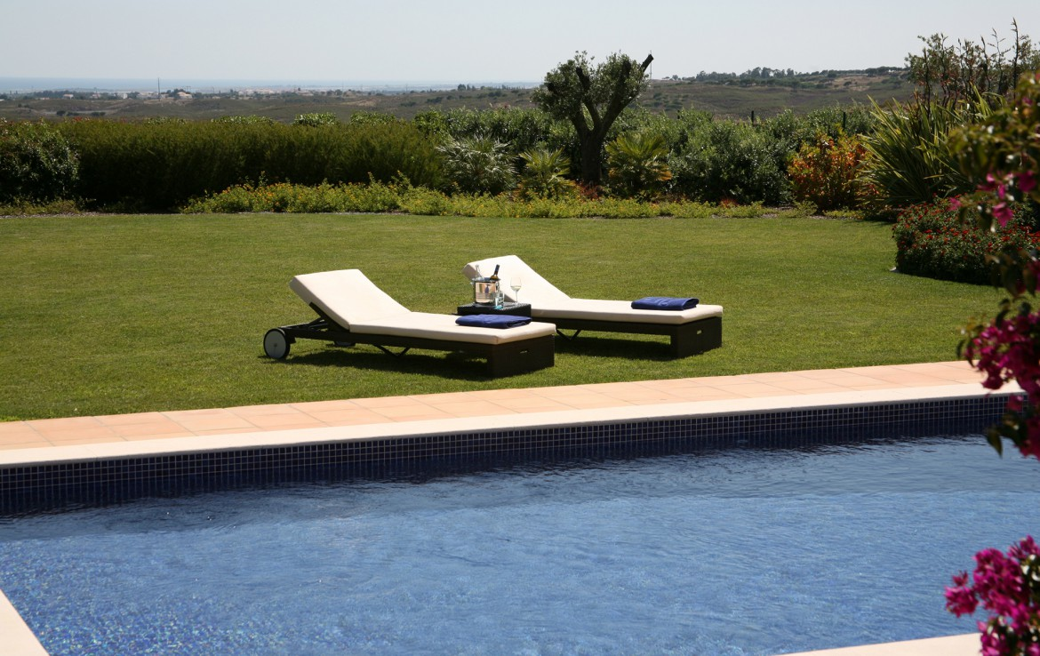 Golf-expedition-golfreizen-golfresort-Monte-Rel-Golf-And-Country-Club-lawn-chair-besides-pool