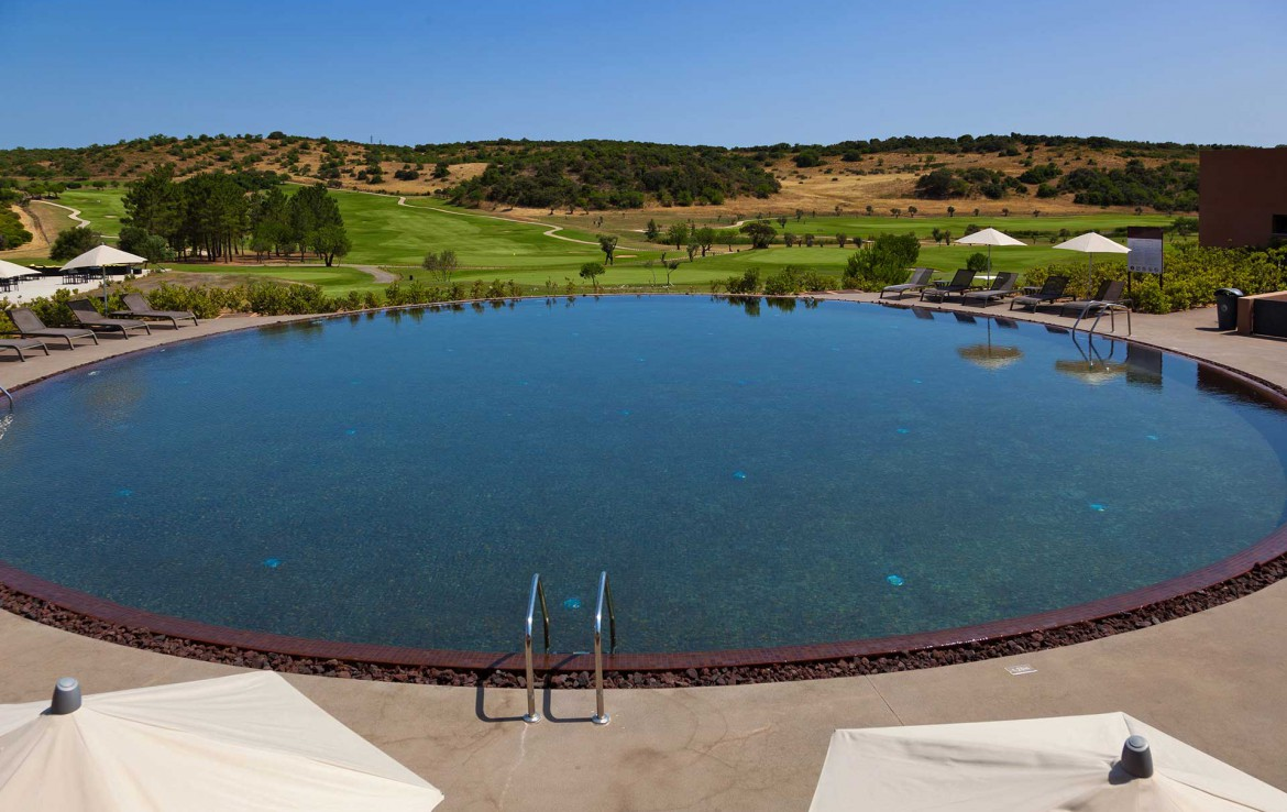 Golf-expedition-golfreizen-golfresort-Morgado-Golf-&-Country-Club-oval-pool