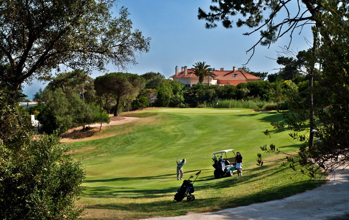 Golf-expedition-golfreizen-golfresort-Palacio-Estoril-Hotel-Golf-And-Spa-golfbaan-hole-1-with-caddy