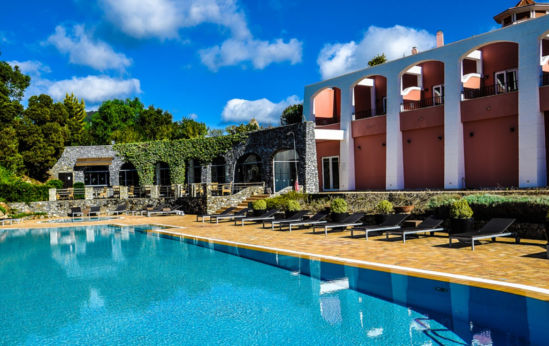 Golf-expedition-golfreizen-golfresort-Penha-Longa-Resort-poolside-view-and-resort-view