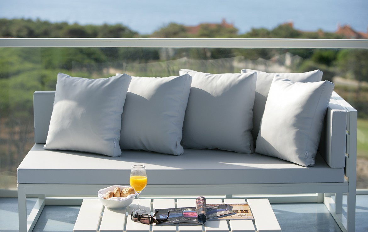Golf-expedition-golfreizen-golfresort-Royal-The-Oitavos-Hotel-appartement-room-balcony-couch-with-view