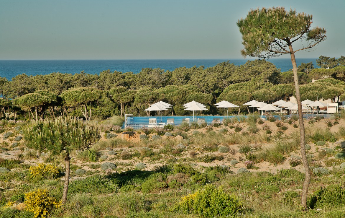 Golf-expedition-golfreizen-golfresort-Royal-The-Oitavos-Hotel-pool-and-nature-view