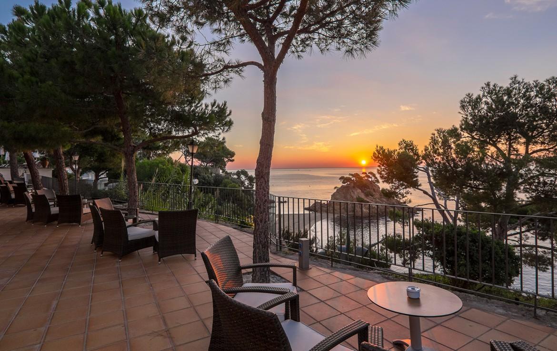 Golf-expedition-golfreizen-golfresort-Spanje-Regio-Ginora-silken-park-hotel-san-jorge-terrace-with-sea-view