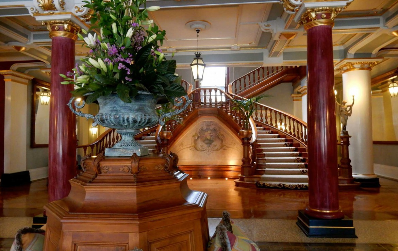 Golf-expedition-golfreizen-golfresort-Vidago-palace-Staircase-lobby