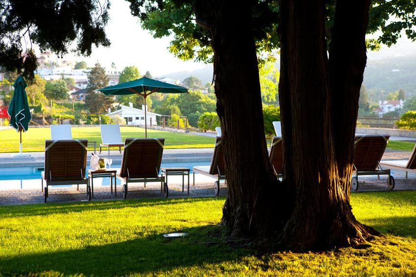 Golf-expedition-golfreizen-golfresort-casa-de-calcada-pool-with-sun-beds-under-tree