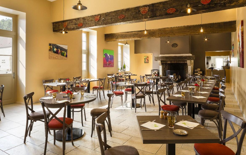 Golf-reizen-frankrijk-regio-parijs-Chateau-d'Augerville-Golf-Resort-binnen-restaurant-eet-ruimte-openhaard-golf-expedition