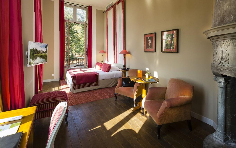 Golf-reizen-frankrijk-regio-parijs-Chateau-d'Augerville-Golf-Resort-fantastische-slaapkamer-rood-interieur-met-openhaard-golf-expedition