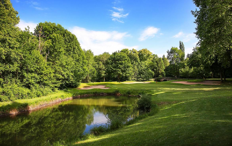 Golf-reizen-frankrijk-regio-parijs-Chateau-d'Augerville-Golf-Resort-golfbaan-water-hazard-fairway-golf-expedition