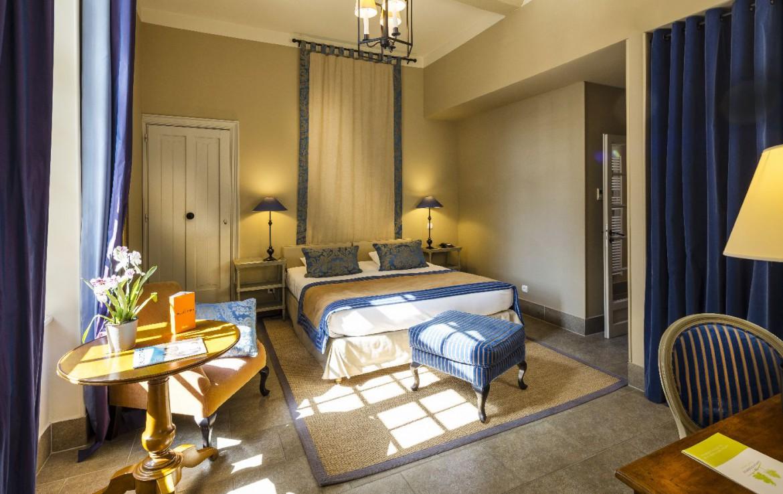 Golf-reizen-frankrijk-regio-parijs-Chateau-d'Augerville-Golf-Resort-klassieke-slaapkamer-met-blauw-interieur-golf-expedition