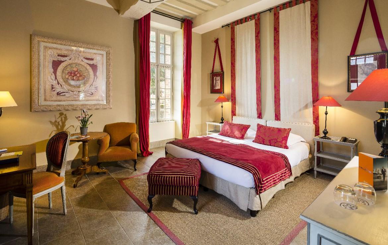 Golf-reizen-frankrijk-regio-parijs-Chateau-d'Augerville-Golf-Resort-klassieke-slaapkamer-met-rood-interieurgolf-expedition