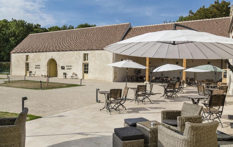 Golf-reizen-frankrijk-regio-parijs-Chateau-d'Augerville-Golf-Resort-luxe-resort-met-terras-en-restaurant-golf-expedition