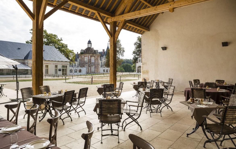 Golf-reizen-frankrijk-regio-parijs-Chateau-d'Augerville-Golf-Resort-overdekt-terras-prachtig-uitzicht-op-binnenplaats-golf-expedition