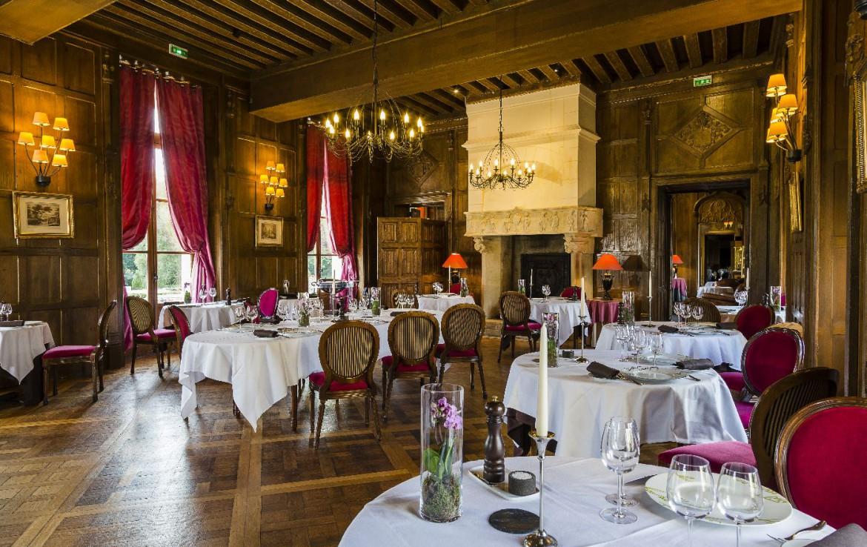 Golf-reizen-frankrijk-regio-parijs-Chateau-d'Augerville-Golf-Resort-restaurant-gedekte-tafels-golf-expedition