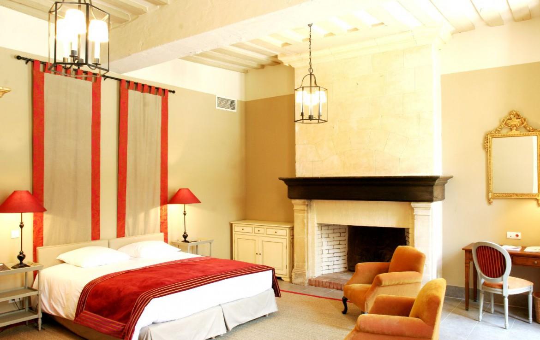 Golf-reizen-frankrijk-regio-parijs-Chateau-d'Augerville-Golf-Resort-slaapkamer-met-openhaard-en-stoelen-golf-expedition