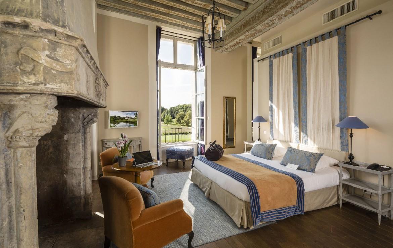 Golf-reizen-frankrijk-regio-parijs-Chateau-d'Augerville-Golf-Resort-slaapkamer-twee-personen-luxe-interineur-uitzicht-op-golfbaan-golf-expedition