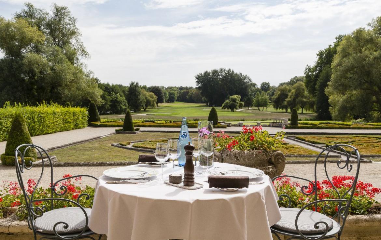 Golf-reizen-frankrijk-regio-parijs-Chateau-d'Augerville-Golf-Resort-tafel-voor-twee-uitzicht-op-accommodatie-golf-expedition