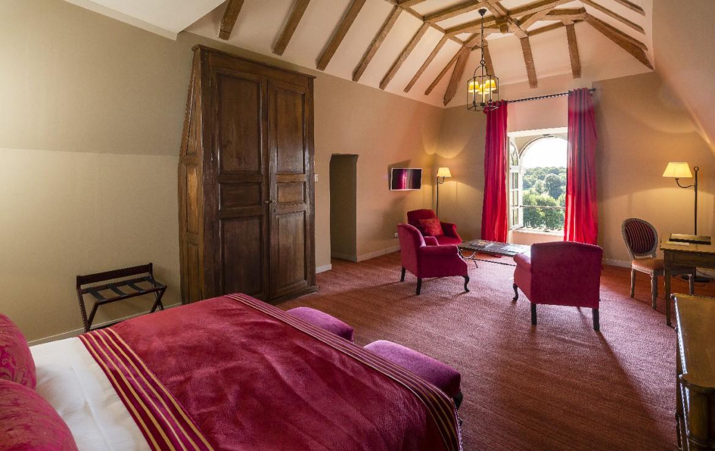 Golf-reizen-frankrijk-regio-parijs-Chateau-d'Augerville-Golf-Resort-toren-kamer-rood-interieur-stijlvol-ingericht-golf-expedition