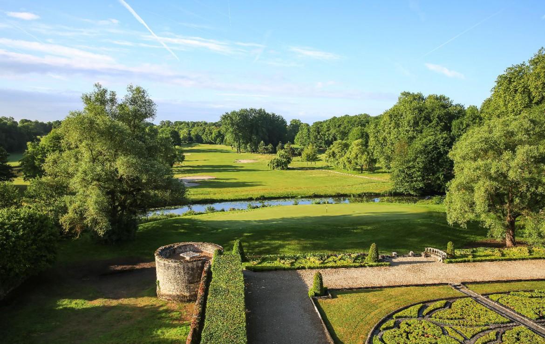 Golf-reizen-frankrijk-regio-parijs-Chateau-d'Augerville-Golf-Resort-uitzicht-op-golfbanen-en-tuin-golf-expedition