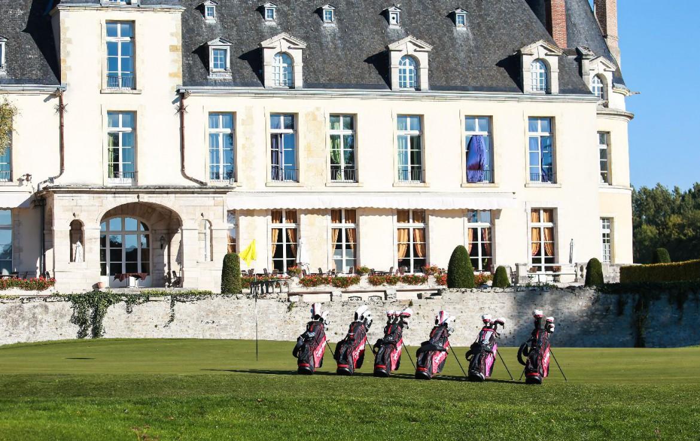 Golf-reizen-frankrijk-regio-parijs-Chateau-d'Augerville-Golf-Resort-voorkant-resort-golfclubs-green-golf-expedition