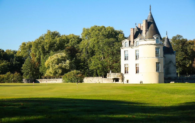 Golf-reizen-frankrijk-regio-parijs-Chateau-d'Augerville-Golf-Resort-zijkant-resort-toren-slaapkamer-golf-expedition