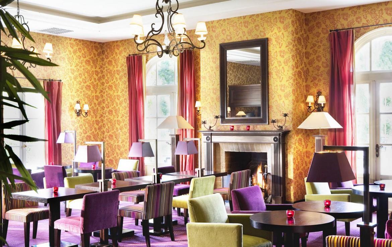 Golf-reizen-frankrijk-regio-parijs-Chateau-de-Villiers-le-Mahieu-bar-restaurant-met-openhaard-golf-expedition