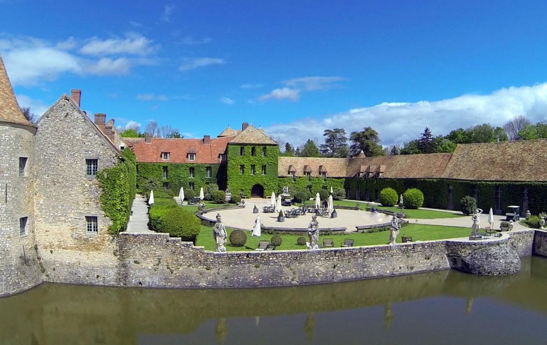 Golf-reizen-frankrijk-regio-parijs-Chateau-de-Villiers-le-Mahieu-binnenplaats-luxe-golf-expedition